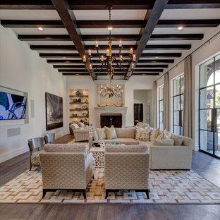 Réalisation d'une grande salle de séjour méditerranéenne ouverte avec un mur blanc, un sol en bois foncé, aucune cheminée, un téléviseur fixé au mur et un sol marron.