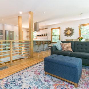 アトランタの小さいミッドセンチュリースタイルのおしゃれなファミリールーム (白い壁、淡色無垢フローリング、茶色い床) の写真