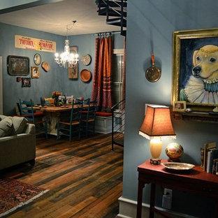 アトランタの大きいエクレクティックスタイルのおしゃれなファミリールーム (青い壁、ラミネートの床、据え置き型テレビ) の写真