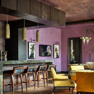 Esempio di un soggiorno mediterraneo aperto con sala giochi, pareti viola, camino ad angolo e TV a parete