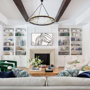 Geräumiges, Offenes Klassisches Wohnzimmer mit weißer Wandfarbe, hellem Holzboden, Kamin, Kaminumrandung aus Stein, Wand-TV, freigelegten Dachbalken und Wandpaneelen in Houston