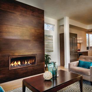 Modelo de sala de estar cerrada, minimalista, extra grande, sin televisor, con chimenea lineal, marco de chimenea de metal, paredes blancas y suelo de madera clara