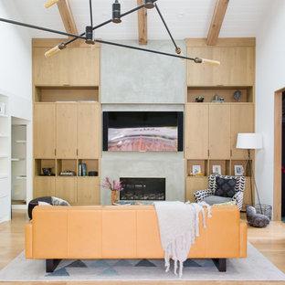 Cette photo montre une salle de séjour rétro ouverte avec un mur blanc, un sol en bois clair, une cheminée ribbon, un manteau de cheminée en béton, un téléviseur fixé au mur et un sol beige.