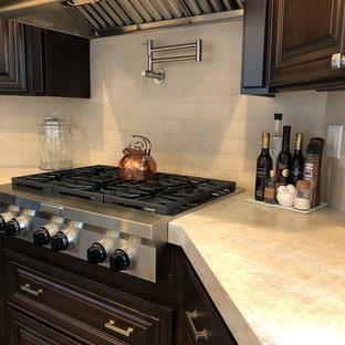 サクラメントの広い地中海スタイルのおしゃれなオープンリビング (ベージュの壁、磁器タイルの床、両方向型暖炉、タイルの暖炉まわり) の写真