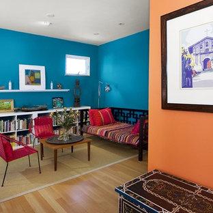 サンフランシスコのコンテンポラリースタイルのおしゃれなファミリールーム (青い壁、無垢フローリング、ベージュの床) の写真