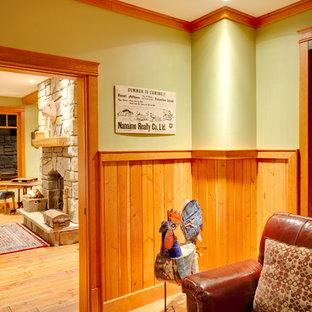 バンクーバーのトラディショナルスタイルのおしゃれなファミリールーム (緑の壁、淡色無垢フローリング、埋込式メディアウォール、オレンジの床) の写真