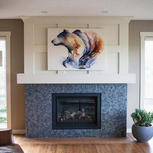 Idées déco pour une salle de séjour craftsman avec un sol en bois clair, une cheminée standard et un manteau de cheminée en carrelage.