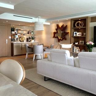 Foto di un soggiorno moderno di medie dimensioni e aperto con angolo bar, pareti bianche, parquet chiaro, nessun camino, parete attrezzata e pavimento beige