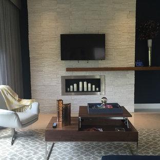 マイアミの中サイズのコンテンポラリースタイルのおしゃれなファミリールーム (青い壁、セラミックタイルの床、標準型暖炉、レンガの暖炉まわり、壁掛け型テレビ) の写真