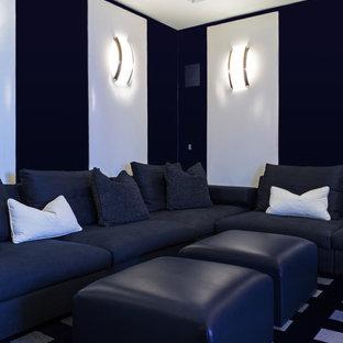 Immagine di un soggiorno contemporaneo di medie dimensioni e chiuso con pareti nere, moquette, nessun camino e TV a parete