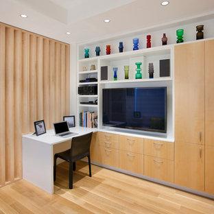 Ejemplo de sala de estar abierta, nórdica, pequeña, sin chimenea, con paredes blancas, suelo de madera clara, pared multimedia y suelo blanco