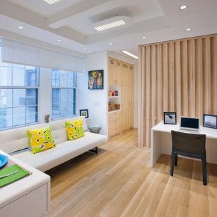 ニューヨークの小さい北欧スタイルのおしゃれなオープンリビング (白い壁、暖炉なし、据え置き型テレビ、淡色無垢フローリング、白い床) の写真