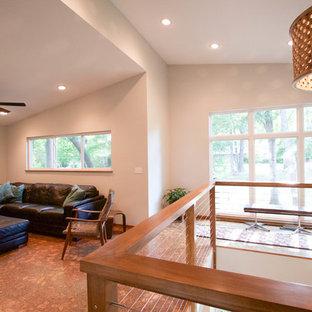 ダラスの中サイズのミッドセンチュリースタイルのおしゃれなファミリールーム (ゲームルーム、グレーの壁、コルクフローリング、暖炉なし、据え置き型テレビ) の写真
