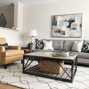 Diseño de sala de estar cerrada, retro, pequeña, sin chimenea, con paredes beige, suelo de madera clara y televisor en una esquina