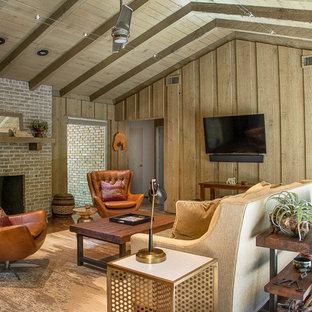 Diseño de sala de estar cerrada, retro, pequeña, con chimenea tradicional, marco de chimenea de ladrillo, televisor colgado en la pared, suelo marrón, paredes grises y suelo de cemento