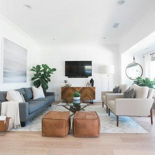 オレンジカウンティの大きいミッドセンチュリースタイルのおしゃれなファミリールーム (白い壁、淡色無垢フローリング、暖炉なし、壁掛け型テレビ) の写真