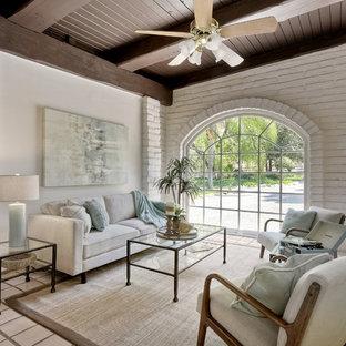 サンディエゴの広いミッドセンチュリースタイルのおしゃれなオープンリビング (白い壁、セラミックタイルの床、白い床) の写真