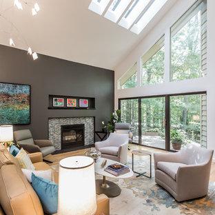 ワシントンD.C.の中サイズのミッドセンチュリースタイルのおしゃれなファミリールーム (白い壁、淡色無垢フローリング、標準型暖炉、タイルの暖炉まわり、内蔵型テレビ、黄色い床) の写真