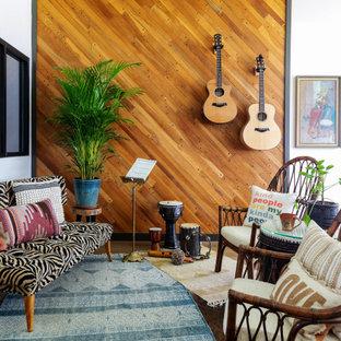 Imagen de sala de estar madera, retro, con paredes blancas, suelo marrón y madera