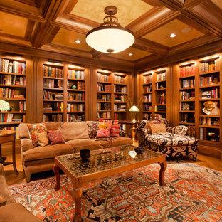 Idées déco pour une grand salle de séjour avec une bibliothèque ou un coin lecture classique avec un mur marron, une cheminée standard, un téléviseur encastré et un sol en bois brun.