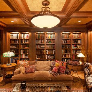オマハの大きいコンテンポラリースタイルのおしゃれな独立型ファミリールーム (ライブラリー、茶色い壁、淡色無垢フローリング、標準型暖炉、金属の暖炉まわり、埋込式メディアウォール) の写真