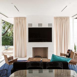 Ejemplo de sala de estar abierta, vintage, con chimenea tradicional y televisor colgado en la pared