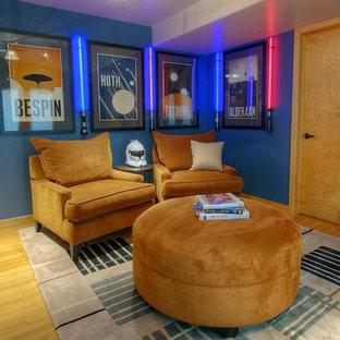 フェニックスのコンテンポラリースタイルのおしゃれな独立型ファミリールーム (青い壁) の写真