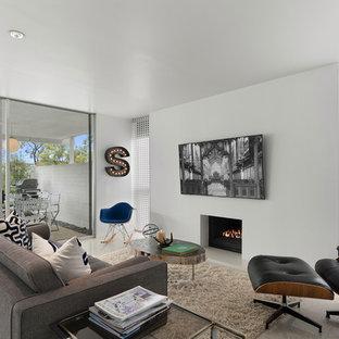 Diseño de sala de estar abierta, retro, con paredes blancas, chimenea tradicional, televisor colgado en la pared y suelo gris