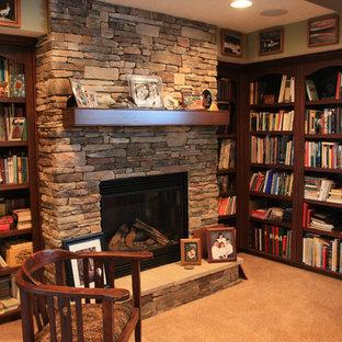 エドモントンの中サイズのトラディショナルスタイルのおしゃれな独立型ファミリールーム (ライブラリー、緑の壁、カーペット敷き、標準型暖炉、石材の暖炉まわり) の写真