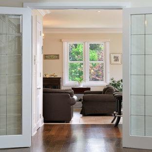 トロントの中サイズのトラディショナルスタイルのおしゃれな独立型ファミリールーム (ベージュの壁、トラバーチンの床、据え置き型テレビ、茶色い床) の写真
