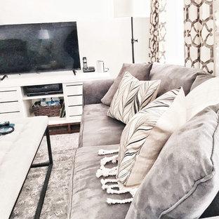 Idéer för ett litet klassiskt avskilt allrum, med beige väggar, heltäckningsmatta och en fristående TV