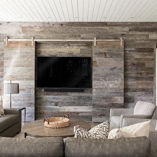 Inspiration pour une grande salle de séjour rustique fermée avec béton au sol, un sol gris, aucune cheminée et un téléviseur dissimulé.