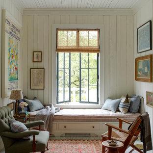 Cette photo montre une petit salle de séjour romantique avec un mur blanc, un sol en bois peint et aucun téléviseur.