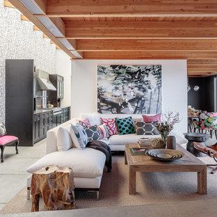 サンフランシスコの広いエクレクティックスタイルのおしゃれなオープンリビング (白い壁、コンクリートの床、暖炉なし、テレビなし) の写真