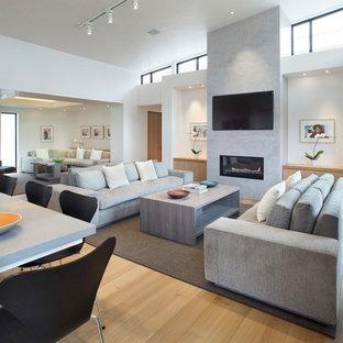 Aménagement d'une salle de séjour contemporaine ouverte avec un mur blanc, un sol en bois clair, une cheminée ribbon, un téléviseur fixé au mur et un sol beige.