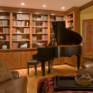 デンバーの広いトラディショナルスタイルのおしゃれな独立型ファミリールーム (ミュージックルーム、黄色い壁、淡色無垢フローリング、暖炉なし、テレビなし、ベージュの床) の写真