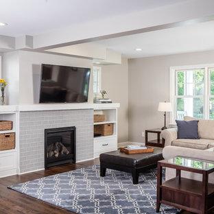 Aménagement d'une salle de séjour classique de taille moyenne et ouverte avec un mur gris, un sol en bois foncé, une cheminée standard, un manteau de cheminée en carrelage et un téléviseur fixé au mur.