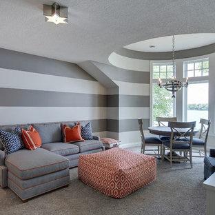Idéer för stora funkis allrum med öppen planlösning, med grå väggar, heltäckningsmatta, en väggmonterad TV och ett spelrum
