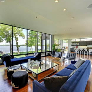 Offenes Modernes Wohnzimmer mit braunem Holzboden, Eck-TV und braunem Boden in Minneapolis