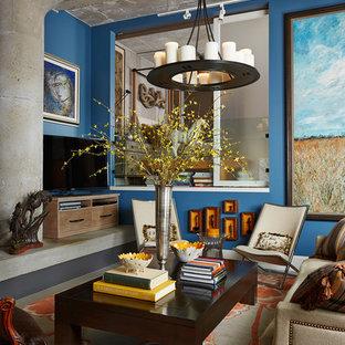 ミネアポリスのインダストリアルスタイルのおしゃれなファミリールーム (青い壁、据え置き型テレビ) の写真