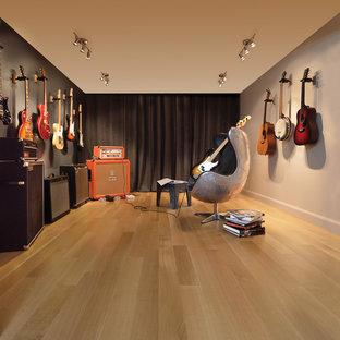 Inspiration för mellanstora moderna allrum med öppen planlösning, med ett musikrum, ljust trägolv och grå väggar