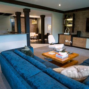 Foto di un soggiorno contemporaneo aperto e di medie dimensioni con pareti grigie, moquette, nessun camino e TV a parete