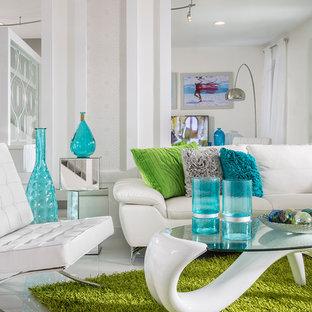 Idee per un grande soggiorno design chiuso con pareti bianche, pavimento in gres porcellanato, pavimento bianco, TV autoportante e nessun camino