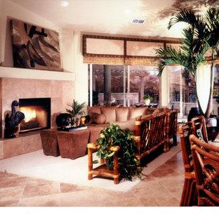 Diseño de sala de estar abierta, de estilo zen, pequeña, con paredes beige, suelo de travertino, chimenea tradicional y marco de chimenea de piedra