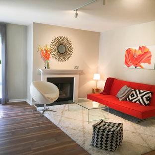 Modelo de sala de estar cerrada, minimalista, pequeña, con paredes grises, suelo vinílico, chimenea tradicional, marco de chimenea de madera y suelo multicolor