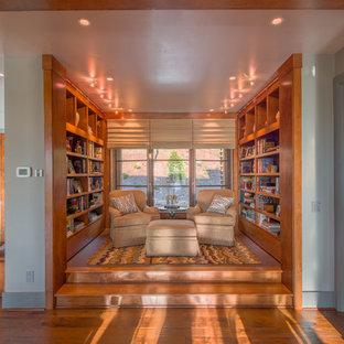 Immagine di un piccolo soggiorno chic aperto con libreria, pavimento in legno massello medio, nessun camino e nessuna TV