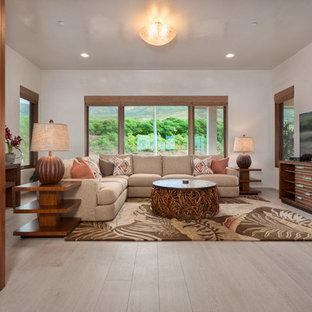 Inspiration för ett mellanstort tropiskt avskilt allrum, med klinkergolv i porslin, vita väggar, en fristående TV och beiget golv