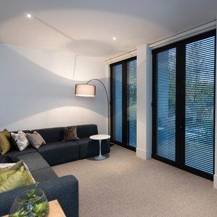 Idee per un soggiorno contemporaneo di medie dimensioni e stile loft con libreria, pareti bianche, moquette, TV autoportante e pavimento rosa