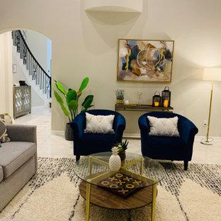 オースティンの広いモダンスタイルのおしゃれなオープンリビング (ベージュの壁、大理石の床、コーナー設置型暖炉、タイルの暖炉まわり、据え置き型テレビ、白い床) の写真