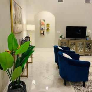 Immagine di un grande soggiorno moderno aperto con pareti beige, pavimento in marmo, camino ad angolo, cornice del camino piastrellata, TV autoportante e pavimento bianco